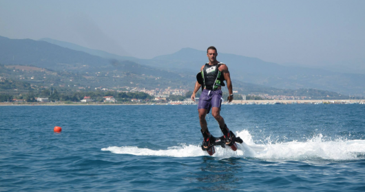 Flyboard: acrobazie d'acqua