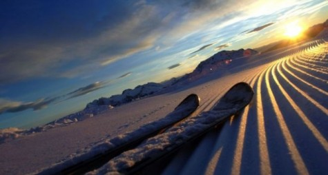 La magia dell'alba sugli sci