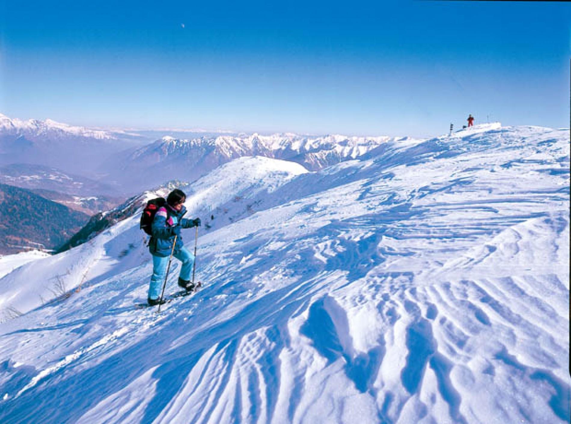 Sulla neve fresca lungo percorsi controllati e sicuri