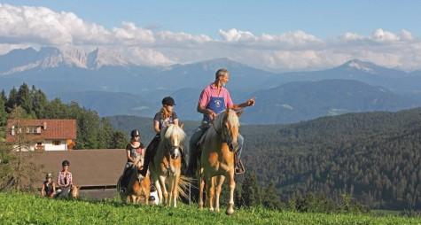 Cavalieri tra i masi dell' Alto Adige